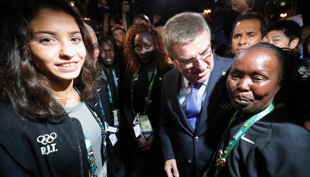 <strong>CELEBERT:</strong> IOC-president Thomas Bach snakker med Yusra Mardini (t.v.). Foto: Michael Kappeler/dpa