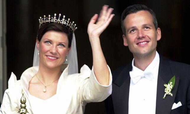 NYGIFT: Prinsesse Märtha Louise og Ari Behn vinker til publikum etter vielsen i 2002. Foto: Heiko Junge / NTB Scanpix