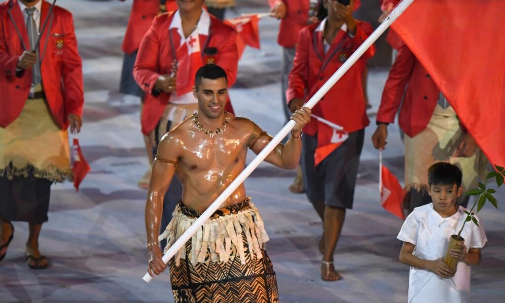 SNAKKIS: Kun ikledd nasjonalkledet Ta'ovala, og innsmurt i kokosolje fra topp til tå, ble Taufatofua en snakkis verden rundt. Foto: NTB Scanpix
