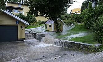 <strong>FLOM:</strong> Fra Asker i dag. Store vannmasser oversvømmer kjellere i kommunen. Foto: Krister Sørbø / NTB Scanpix