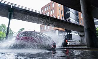 <strong>VANN I VEIEN:</strong> En rekke biler har problemer i vannmassene. Her fra Sandvika i Bærum. Foto: Krister Sørbø / NTB Scanpix