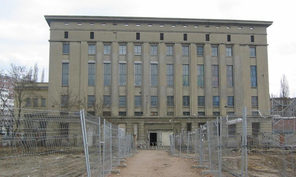 ORIGINALEN: Her, ved Am Wriezener Bahnhof i Berlin, ligger den sagnomsuste klubben Berghain. Klubben er kjent for sin strenge policy ved døra, og mange må snu i døra. En festival i Nederland bestemte seg for å tulle med konseptet. Foto: Nicor / Wikipedia, under CC BY-SA 2.5-lisens