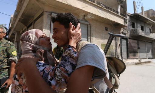 GLEDESSCENER: En syrisk dame kysser en soldat etter frigjøringen av Manbij. Foto: REUTERS/Rodi Said