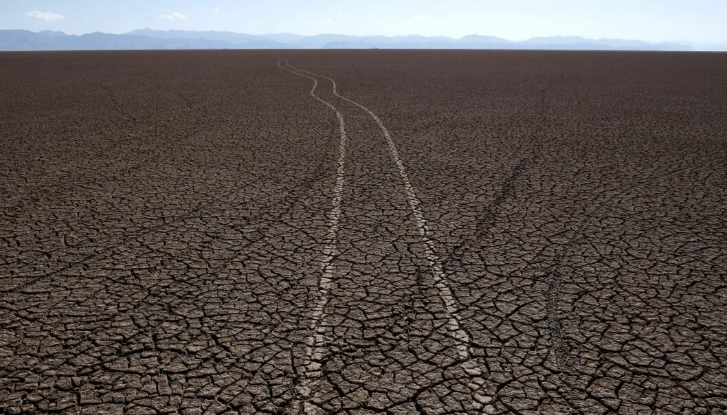 <strong>Tørke:</strong> Dette området var fylt med vann. Nå har store deler av lokalbefolkningen blitt tvunget til å flytte fordi de ikke lenger kan livnære seg på Poopó-innsjøen i Bolivia. Foto: Reuters / NTB Scanpix