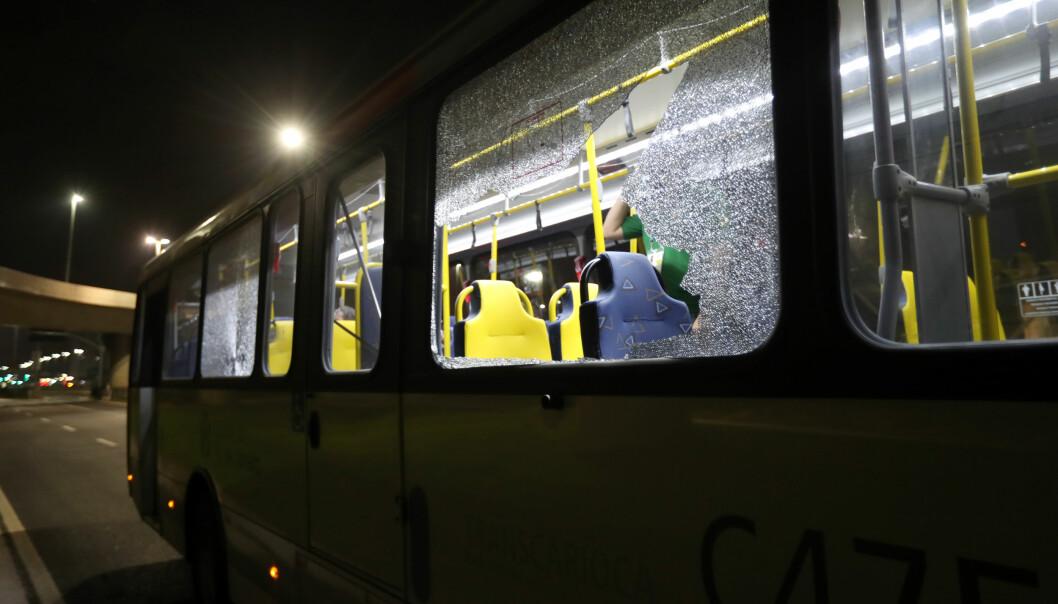<strong>BESKUTT:</strong> Bussen pressefolkene satt på er tydelig merket etter å ha blitt truffet av skudd. Til alt hell skal ingen ha blitt truffet av skuddene. Foto: NTB scanpix
