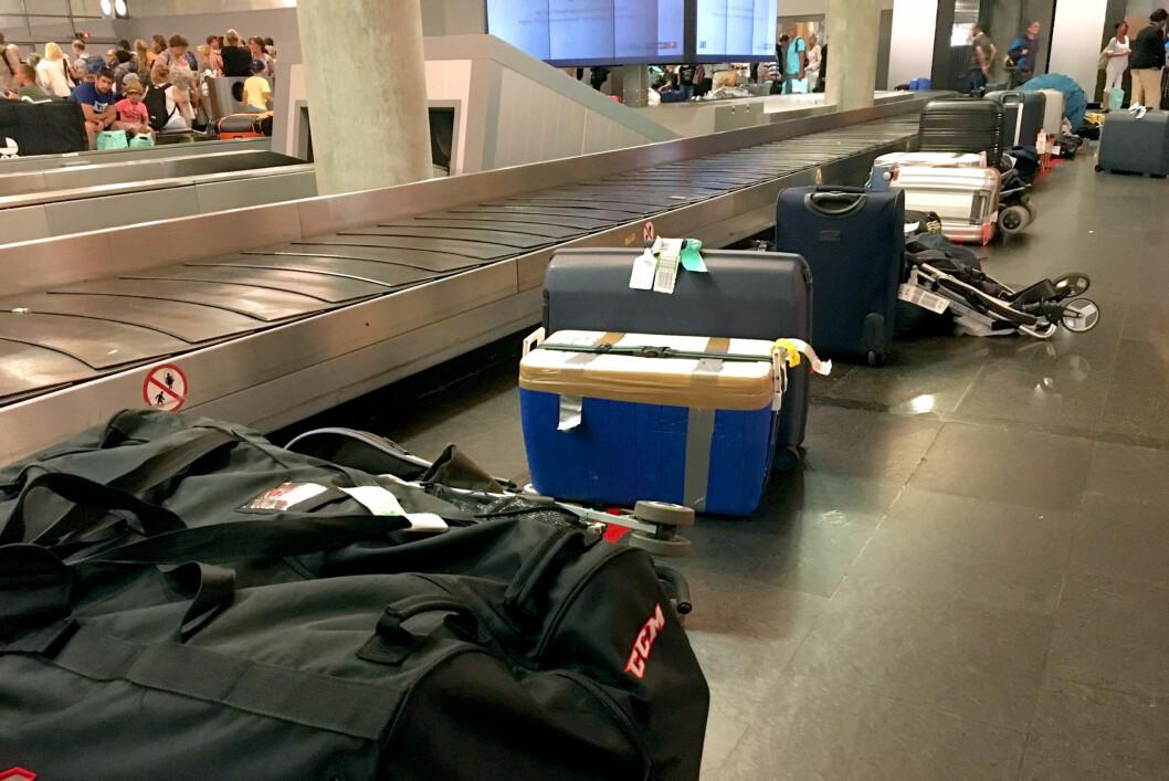 <b>HVEM HAR ANSVARET?</b> Forsikringsselskapene og flyplassen oppfordrer deg til å hente bagasjen din raskest mulig, men det er fremdeles innenfor forsikringsvilkårene å la den stå på eller ved båndet i ankomsthallen mens du shopper. Foto: KRISTIN SØRDAL