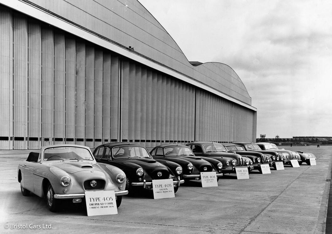 <strong><b>HISTORIE:</strong></b> Bristol var Storbritannias største flyprodusent ved inngangen til 2. verdenskrig og bidro stort til flyvåpenets krigsinnsats. Etter krigen begynte de å bygge eksklusive biler og her ser vi de tidligste modellene, fra 400 borterst til 405 i ulike utgaver nærmest. Foto: BRISTOL
