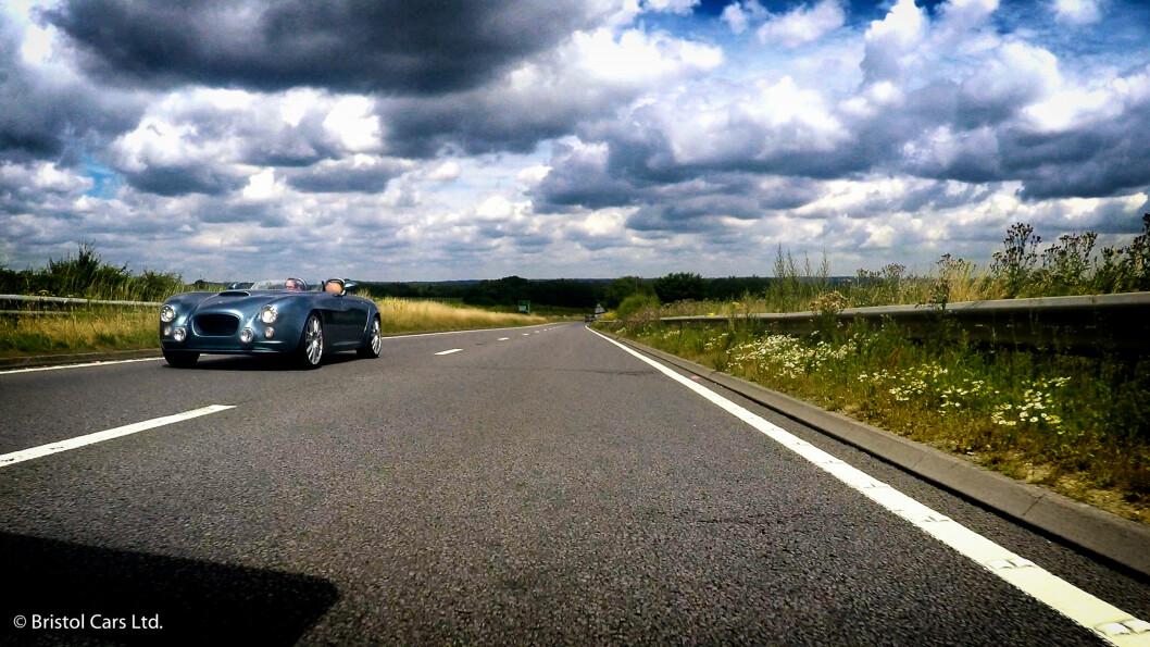 <strong><b>ON THE ROAD AGAIN:</strong></b> Endelig en ny Bristol på veien, fem år etter at firmaet ble kjøpt av Kamkorp/Frazer-Nash. Speedsteren Bullet gjør 0-100 på 3,8 sekunder. Foto: BRISTOL