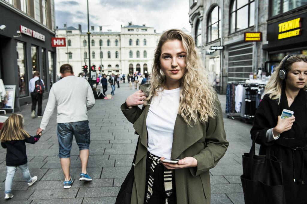 <b>VÅKNET TIL LÅST MOBIL: </b>I løpet av natta hadde iPhone-en til Ragnhild Haugen blitt låst av kriminelle. De ba henne sende dem en e-post, men hun fikk heldigvis ordnet opp gjennom Apple.  Foto: Lars Eivind Bones