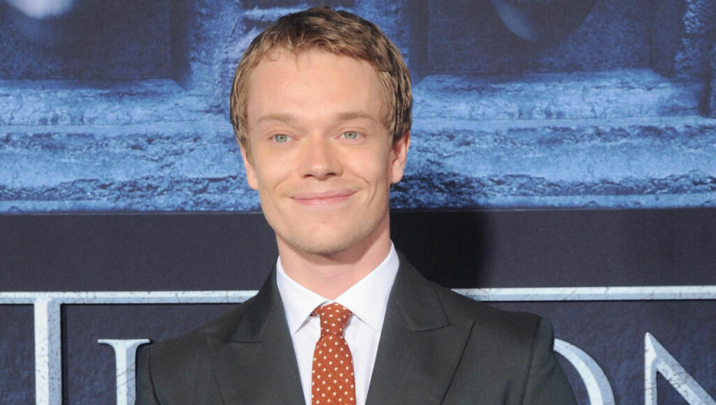 TORTURERT PÅ TV: Alfie Allen (29) spiller den hardt prøvede Theon Greyjoy i «Game of Thrones». Her på premieren til sesong seks i Hollywood. FOTO: NTB SCANPIX / Paul A. Hebert/Press Line/Splash