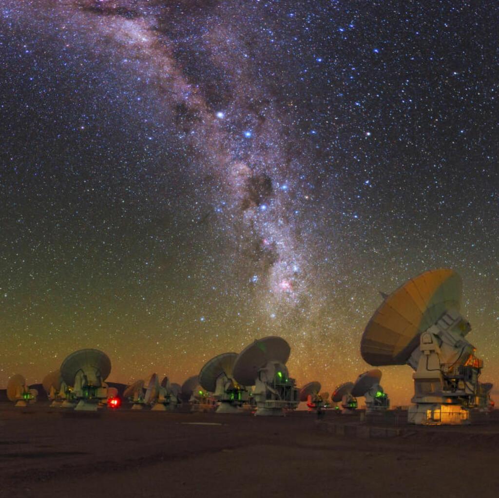 SER MOT STJERNENE: Beregningene er gjort ved hjelp av data fra radioteleskopene ved Atacama Large Millimeter/submilimeter Array (ALMA) som ligger på 5000 meters høyde i Chile.