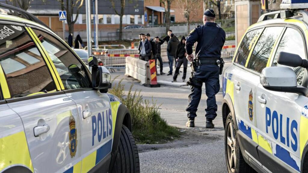 STORT INNRYKK: Politiet i Rinkeby rykket ut da en mann ble knivstukket på Rinkeby Torg, midt på lyse dagen. Alle foto: ØISTEIN NORUM MONSEN