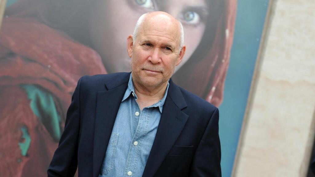 KAN HA JUKSET: National Geographic-fotografen Steve McCurry er kjent for sine ikoniske bilder fra konfliktrammede områder. Dette har gitt ham flere priser gjennom åra. Nå hevder flere å ha oppdaget juks og redigering ved flere av bildene hans. Selv skylder McCurry på rutinesvikt. I bakgrunnen synes hans kanskje mest kjente verk, «Afghan Girl» fra 1984. Foto: IPP/Albano Venturini.Forli
