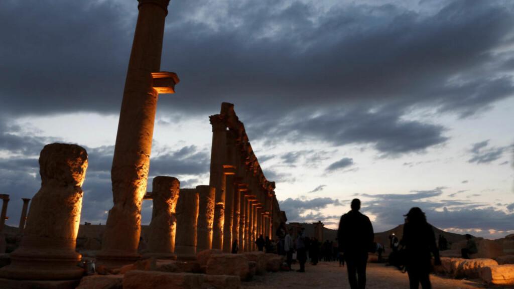 OLDTIDSBY: Folk besøker ruinene av den historiske byen Palmyra forrige helg. Foto: Omar Sanadiki / Reuters / NTB scanpix
