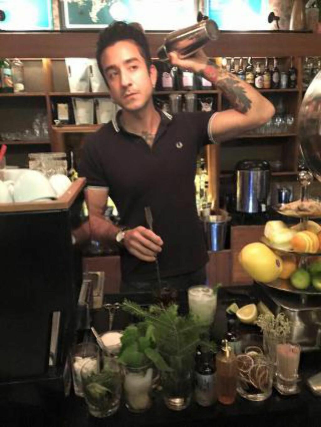 DRINKMIKSER:Robin Sohrabi-Shiraz bruker gjerne billigvariantene av champagne når han mikser drinker, for eksempel cava eller prosecco. Foto: Privat