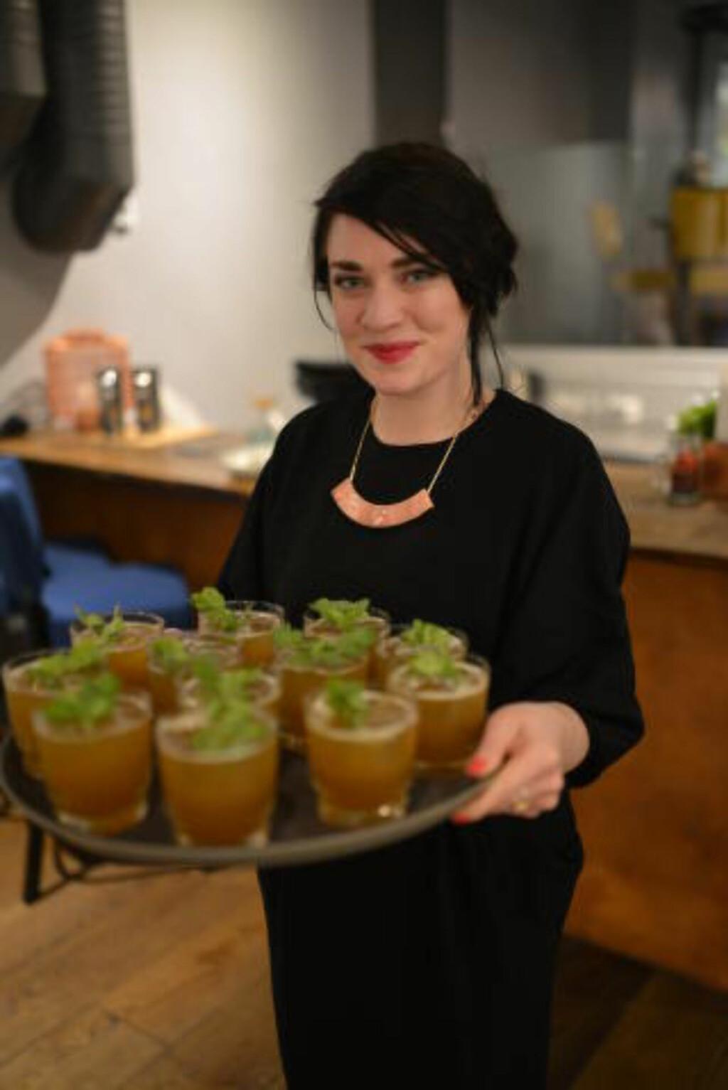 FEST I GLASSET: Det er mai og lov å kose seg, både med bobler og andre drikker, synes barsjef Anne Maurset. Foto: ANNE VALEUR.
