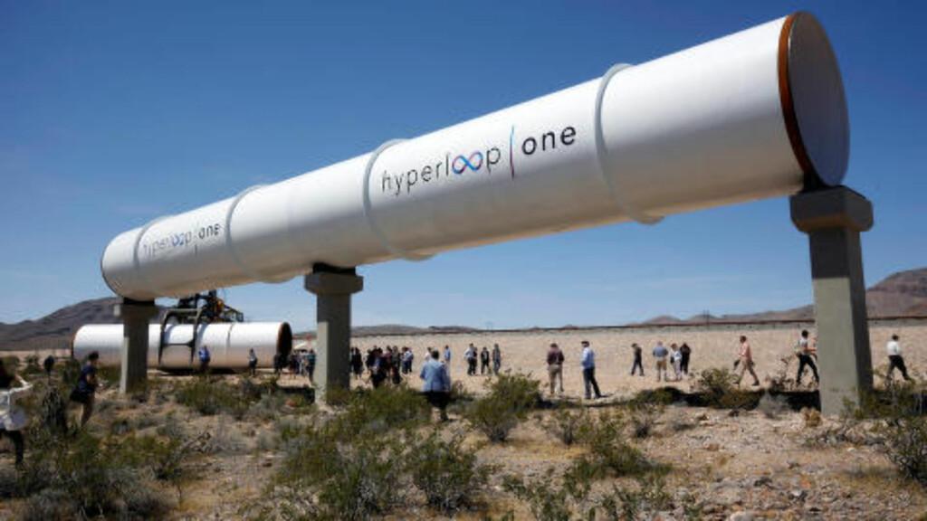 MENNESKELIG RØRPOST: Journalister og spesielt inviterte gjester fikk se Hyperloop Technologies'  testbane av det som best kan sammenlignes med et gedigent rørpostanlegg utenfor Las Vegas. Foto: Steve Marcus/Reuters/NTB Scanpix
