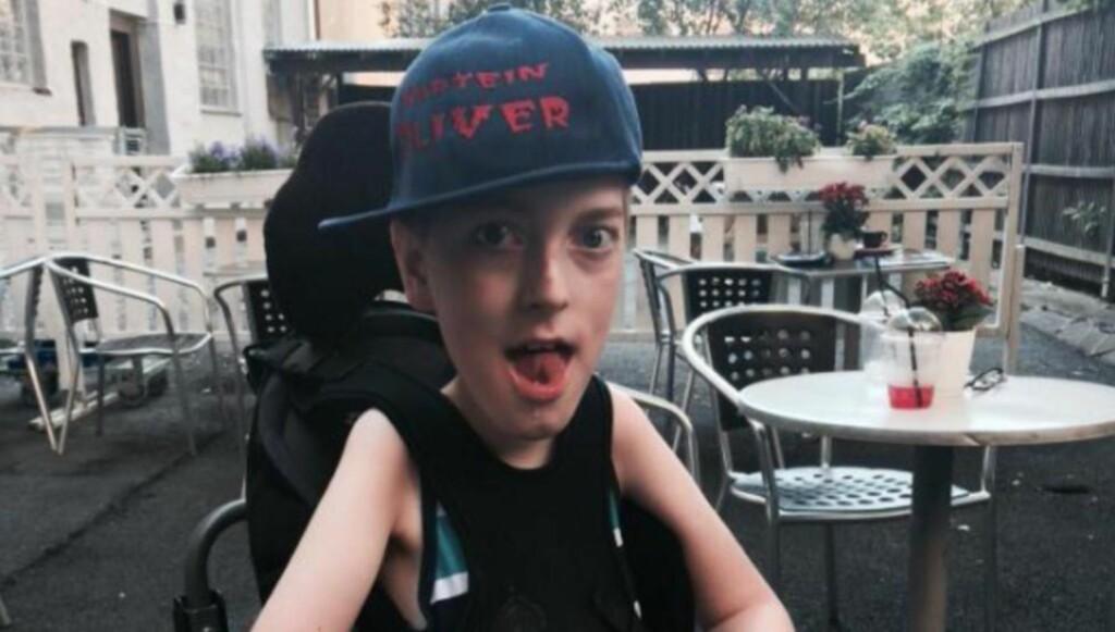 STJÅLET: Oliver har en medfødt muskelsykdom og sitter i rullestol, men i fjor høst fikk han en ny elektrisk sykkel som var spesialtilpasset ham og hans behov. Nå er sykkelen stjålet. Foto: Privat
