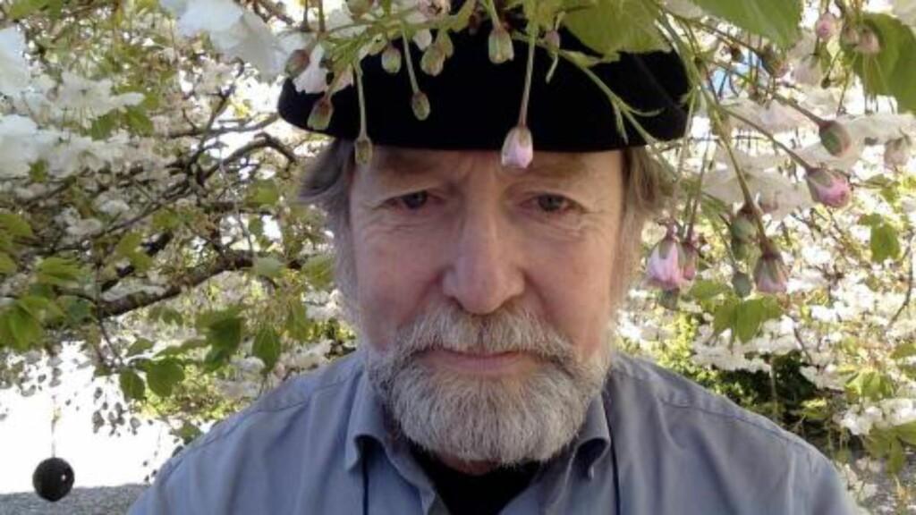 DELER EGNE DIKT: Lyriker og diktlærer, Helge Torvund, deler daglig egne dikt i sosiale medier. Foto: Privat