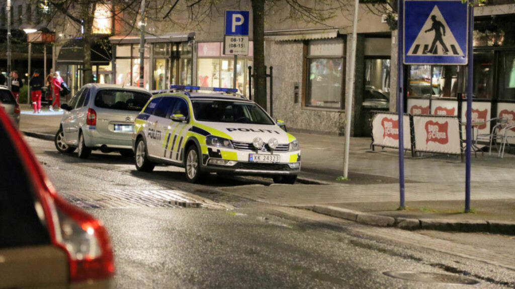 ETTERFORSKET: Politiets etterforskere jobbet på stedet i natt. Foto: Karl Jørgen Marthinsen