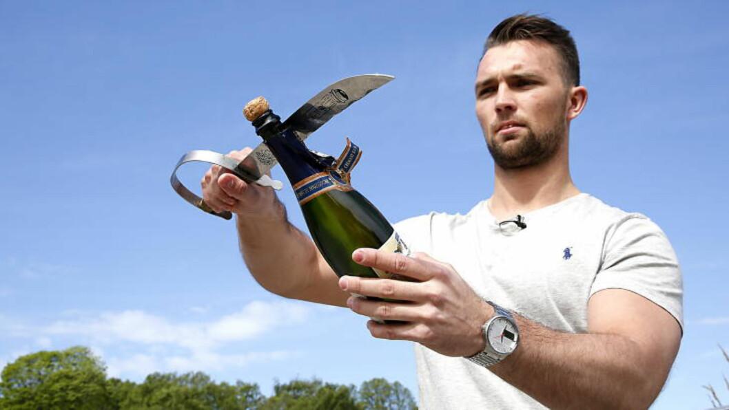 SABLA GOD STEMNING:  En sabel, en kniv, ja, selv en teskje kan være nok til å åpne en champagne eller musserende på en  spektakulær måte. Øyvind Boe Dalalev, soussjef på Statholdergaarden, elsker å starte festen med sablering.  Foto: JACQUES HVISTENDAHL