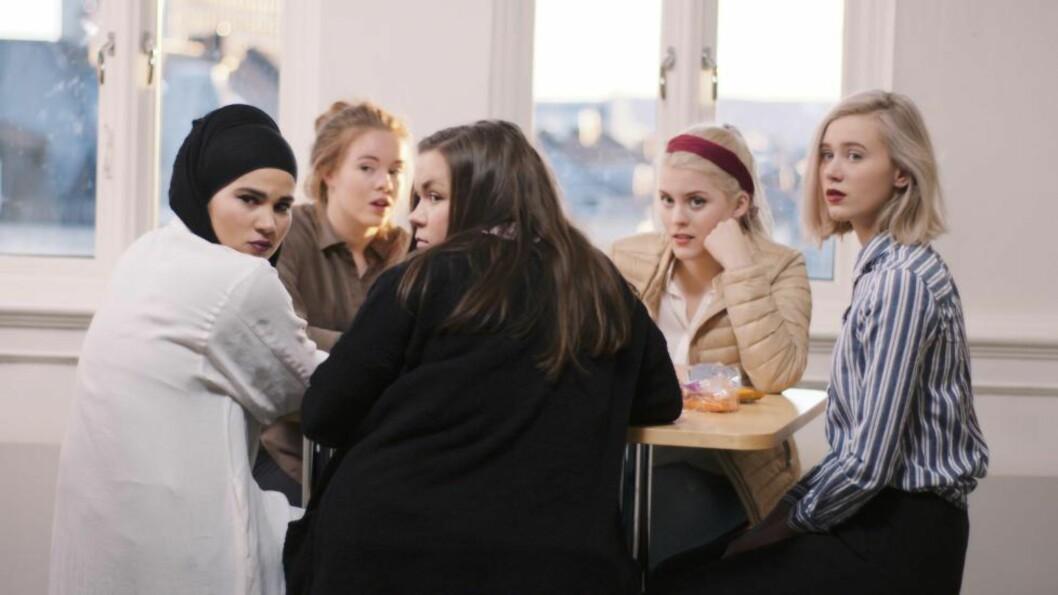 <strong> POPULÆRE:</strong>  «Skam»-karakterene (fra venstre) Sana, Eva, Chris, Vilde og Noora har blitt gjengen «alle» vil være en del av. I virkeligheten heter de unge skuespillerne Iman Meskini, Lisa Teige, Ina Svenningsdal, Ulrikke Falch og Josefine Frida Pettersen. Foto: NRK