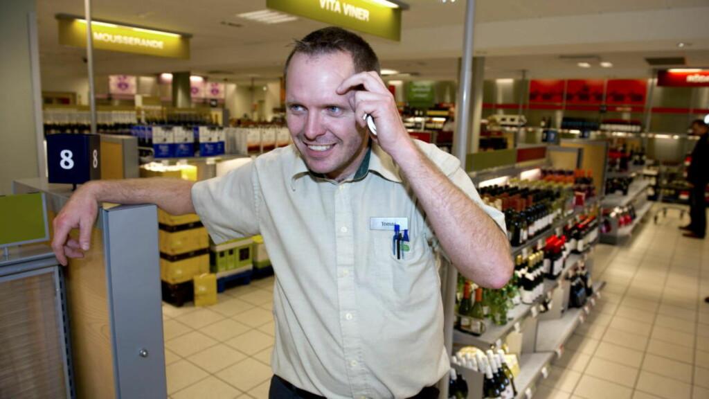 GLAD I NORDMENN:  Tomas Melander er selger på Systembolaget i Strömstad, og kan forvente storinnrykk i morgen, 16. mai. Da holder norske vinmonopol stengt. Foto: Øistein Norum Monsen / DAGBLADET