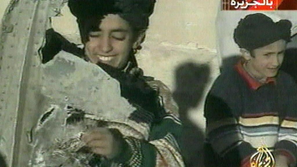 TIDLIG KRØKES:  Sønnen til Osama bin Laden, Hamza bin Laden (t.v) holder det som skal være en del fra et styrtet helikopter, ifølge Al Jazeera. Hamza bin Laden omtales nå som en mulig lederkandidat for terrororganisasjonen hans far også ledet: al-Qaida. Foto: Al Jazeera / Ap / Scanpix