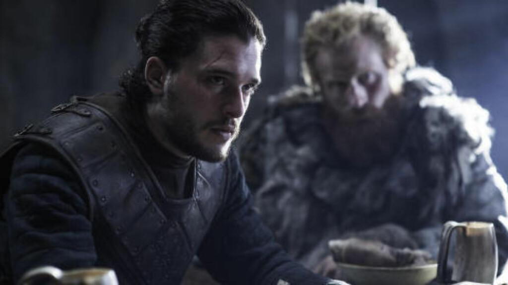 NØLER: Jon Snow - gjenoppstått og med manbun - og Tormund Giantsbane nøler med å gå til krig mot Bolton-klanen. Men Sansa er sikker. Foto: HBO NORDIC