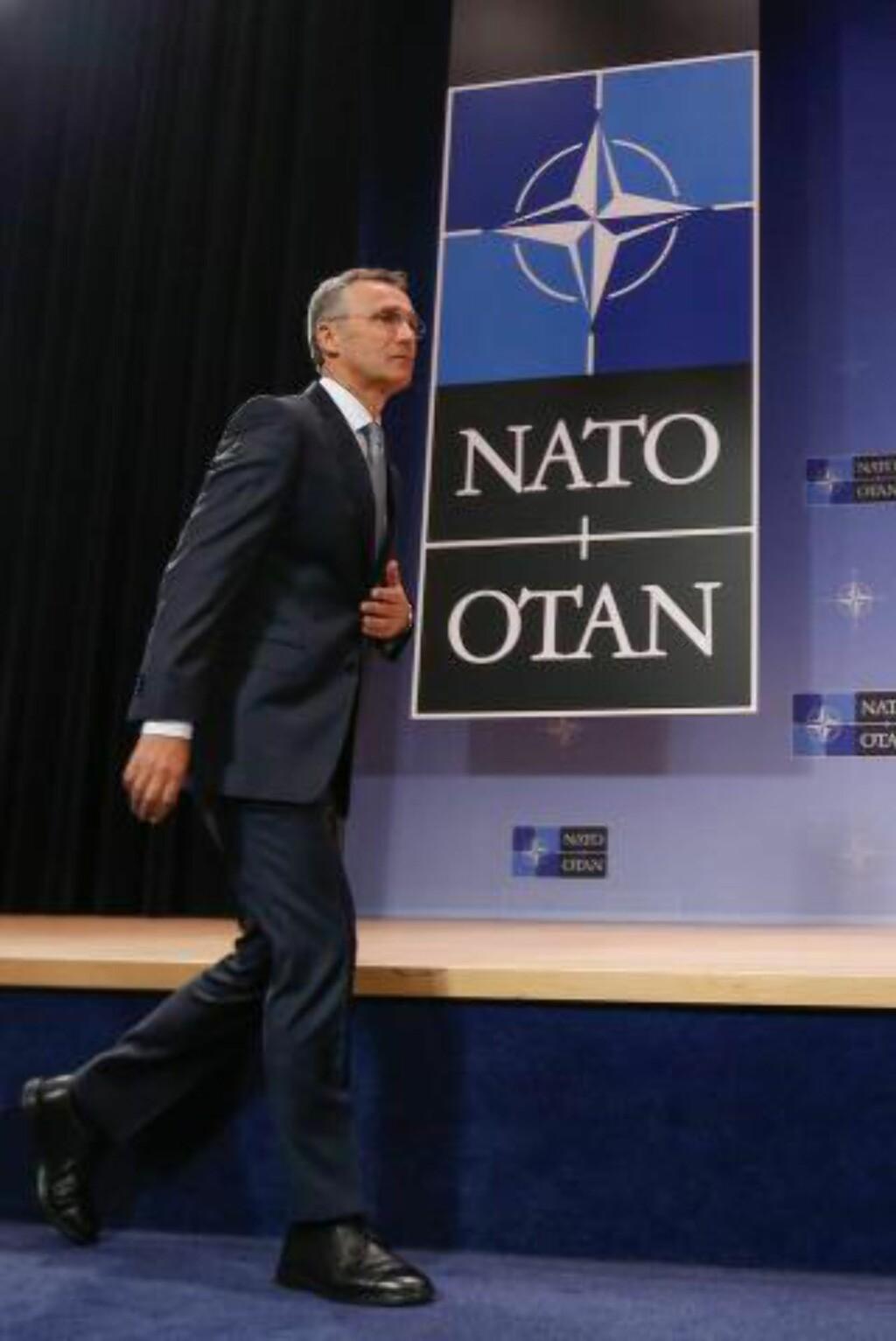KOLLEKTIVT FORSVAR: Opptrapping av innsatsen mot terror skal ikke skje på bekostning av det kollektive forsvaret i Europa, understreker Natos generalsekretær Jens Stoltenberg. Foto: Laurent Dubrule/EPA