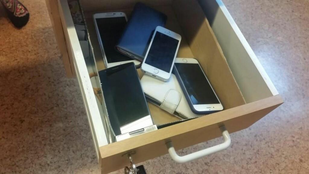 MOBILSKUFF: I slike skuffer ved lærernes kateter må elevene legge telefonene sine. Foto: Laila Bragstad Høgsve