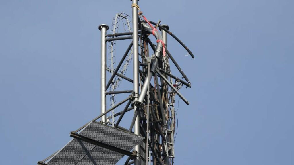SABOTASJE: Den brukne toppen på det som tidligere var den 332 meter høye Häglaredsmasten utenfor Borås. Politiet mener masten brakk som følge av sabotasje. Nå frykter man at hendelsen kan ha sammenheng med andre problemer som har rammet svenske kommunikasjonssystemer i dag. Foto: AFP PHOTO / TT News Agency