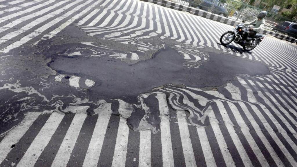VARMT: Temperaturer nord i India er vanligvis på 40-tallet i mai og juni, de varmeste månedene i året. I fjor var det så varmt flere steder i landet av asfalten smeltet. Foto: EPA/HARISH TYAGI/NTB Scanpix