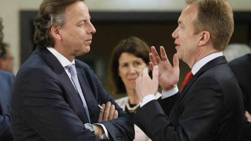 TETTERE MELLOM EU OG NATO: NATO og EU er enige om å styrke samarbeidet for å stå sterkere mot trusler fra øst, fra sør og i det digitale rom. Her  er utenriksminister Børge Brende ( t.h) i samtale med sin nederlandske Bert Koenders. Nederland har for tiden formannskapet i EU. Foto: Olivier Hoslet/EPA