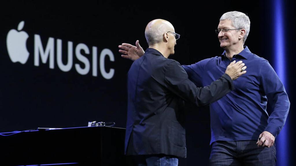 HELLO, GOODBYE: Musikkbransjeringrev Jimmy Iovine (t.v.) og Apple-sjef Tim Cook under lanseringen av strømmetjenesten Apple Music i fjor. Siden har det vært få musikkrelaterte gladnyheter fra Apple-hovedkvarteret i Cupertino. Foto: AP/Scanpix