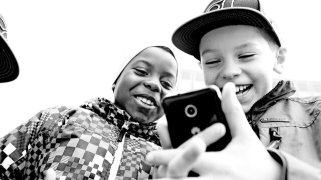 7bcc96fd De med høy utdanning legger ut færre bilder av barna på sosiale medier: -  Er mer reflekterte