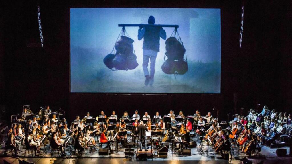 OVERFYLT: Powaqqatsi på Grieghallens scene, med film, prefabrikert lyd, fullt symfoniorketer og kor. FOTO: MAGNUS SKREDE