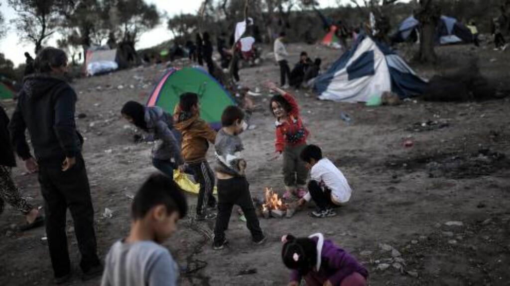 VANLIG RUTE: Over 10 000 flyktningbarn har forsvunnet de siste to åra. Mange av dem er blitt fraktet av menneskesmuglere via Lesvos, der disse barna leker. Foto: AFP / NTB scanpix