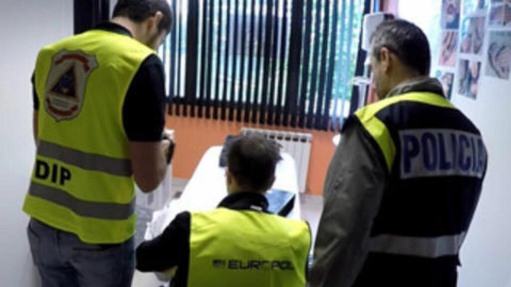 AVSLØRT: Menneskehandel er en av vår tids største kriminalitetsformer. Seinest i dag gikk Europol ut med informasjon om en stor aksjon, der et menneskesmuglingsmiljø skal være avslørt. 14 personer er pågrepet, og 15 ofre er sporet opp, i en sak der spansk, paraguyansk og fransk politi var involvert. Kvinner, flere av dem unge, skal ha blitt lovet jobb i Europa, men ble i stedet tvunget til å jobbe på massasjeinstitutt som prostituerte. Foto: Europol
