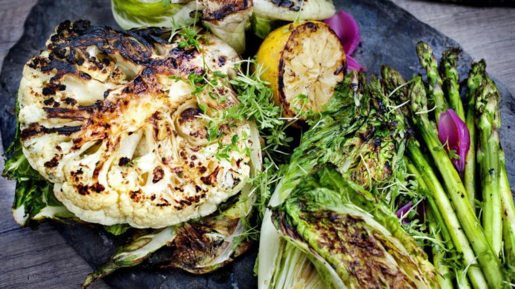 GRØNT PÅ GRILLEN:  - Server samme type grillede grønnsaker til alt kjøttet. Blomkål og hjertesalat er flott på grillen. Stapp blomkålen med smør, det gir både god smak og ekstra varme, og husk å ta med blomkålbladene. De smaker så godt, sier Arne Brimi. Foto: METTE MØLLER