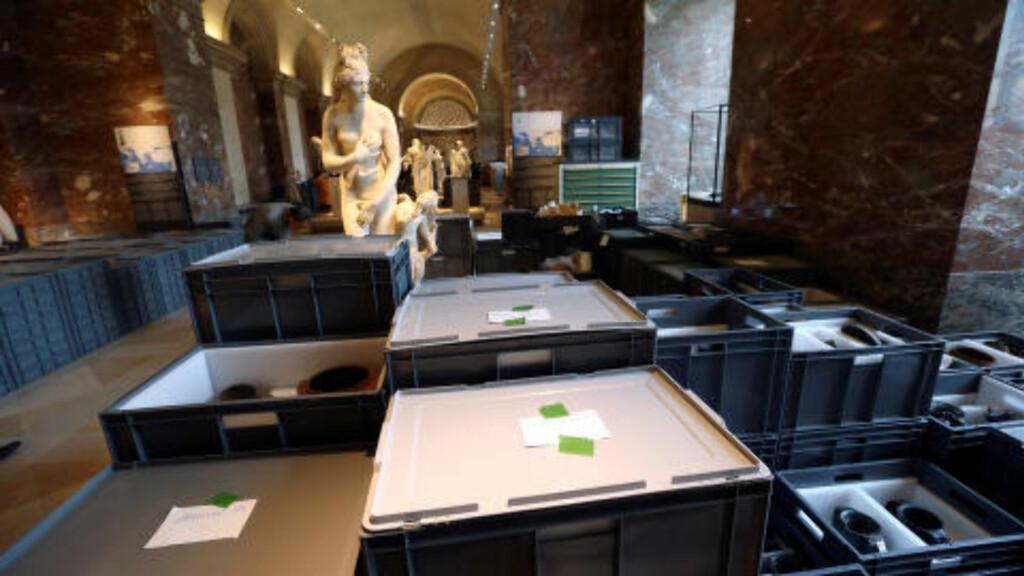 EVAKUERER:  Kunstmuseet Louvre har vært stengt for publikum fredag mens de ansatte har pakket flomtruede kunstverk i vanntette plastkasser. Foto: John Schults, Reuters/NTB Scanpix.