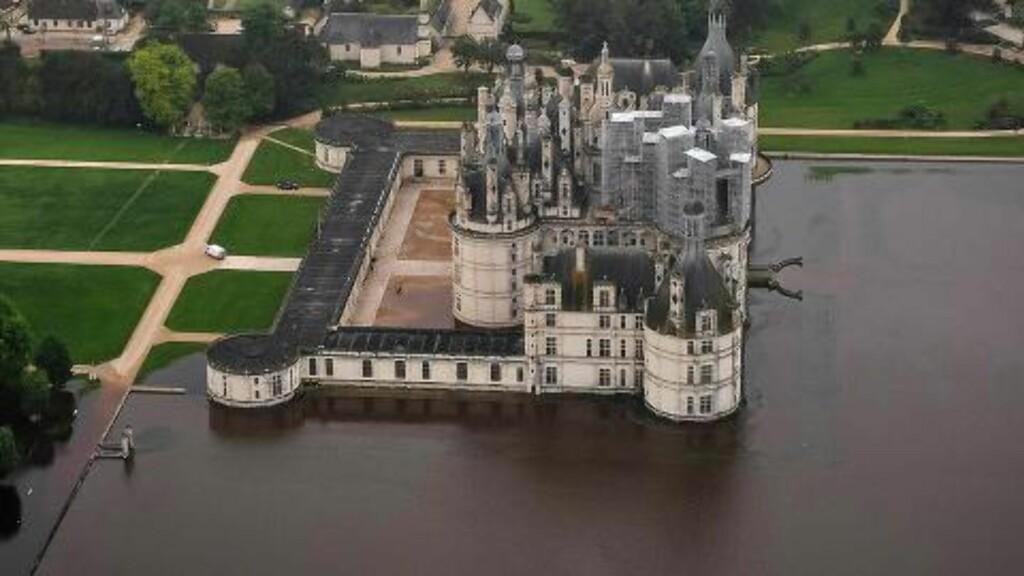 VÅTT SLOTT: Dette flyfotoet, tatt i dag, viser Chambord-slottet sørvest for Paris. Foto: AFP PHOTO / GUILLAUME SOUVANT