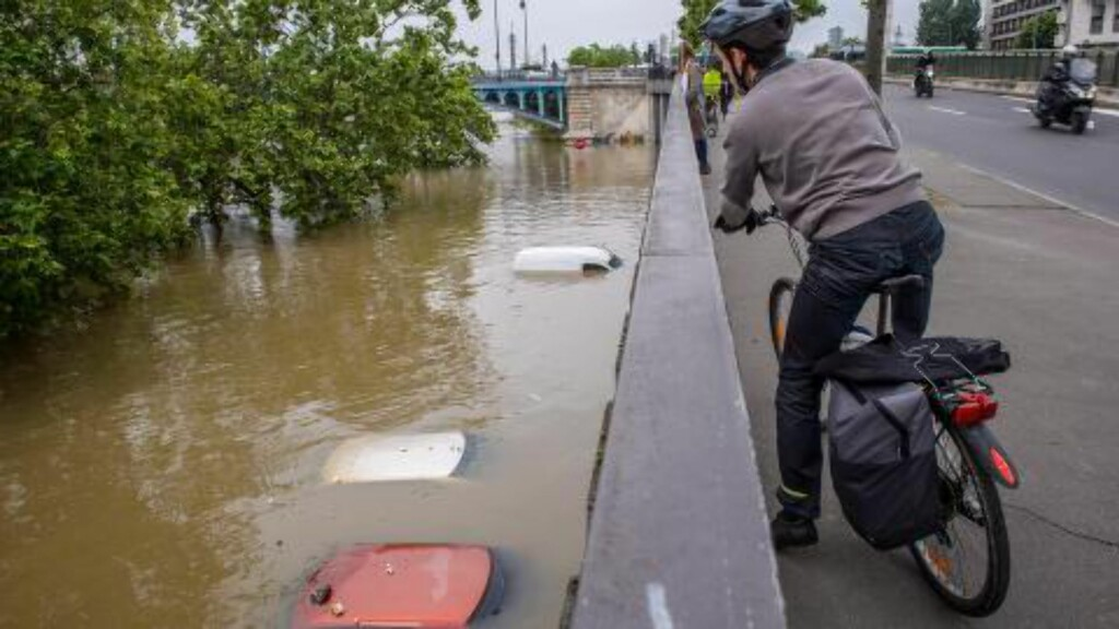 VANSKELIGE KJØREFORHOLD: Parkeringsplassen langs bredden av Seinen her i Asnieres nord i Paris var ikke noe lurt sted å parkere bilen. Foto: EPA/CHRISTOPHE PETIT TESSON