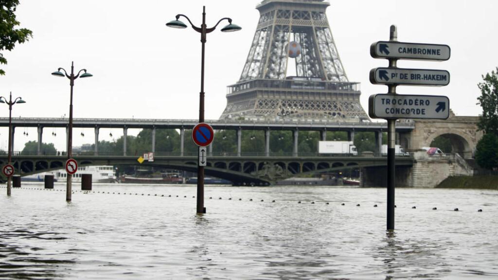 RENNER OVER: Vannivået i Seinen, som renner igjennom Paris, var torsdag kveld 5,60 meter over normalt nivå. Det er ventet at vannet vil nå 6,50 meter over vanlig nivå i løpet av fredag. Foto: NTB Scanpix.