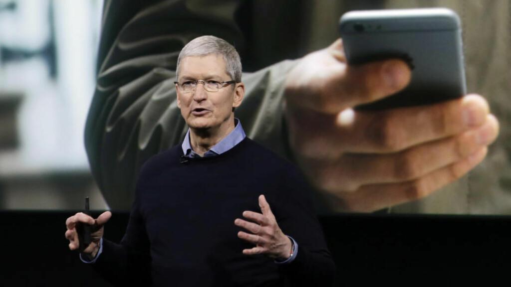 SKAL OPPGRADERE SIRI: Apple-sjef Tim Cook vil trolig presentere en ny og kraftig forbedret utgave av den stemmestyrte assistenten Siri på utviklerkonferansen WWDC kommende mandag. Foto: Scanpix