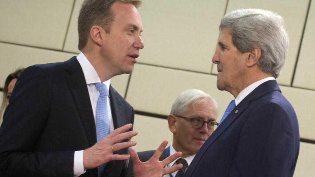 SNAKKES OFTE: Utenriksminister Børge Brende snakker jevnlig med sin amerikanske kollega John Kerry. De to utenriksministrene jobbet også tett for å få til den historiske Iran-avtalen, der Norge bidro med transport av anriket uran ut av Iran. Foto: NTB/Scanpix