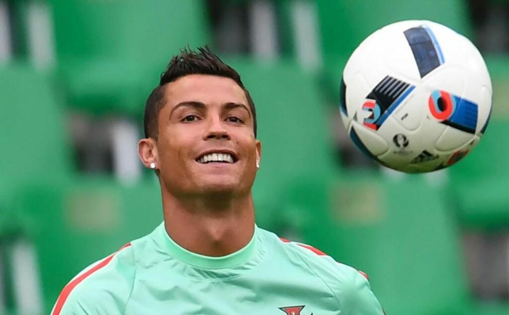 FØR DEADLINE: Cristiano Ronaldo under trening før møtet med Island i går kveld. Bakrommet har sett inn i to krystallkuler (tidlig deadline) og i den ene scorer Ronaldo tre, i den andre vinner Island. Hurra. Foto: NTB SCANPIX