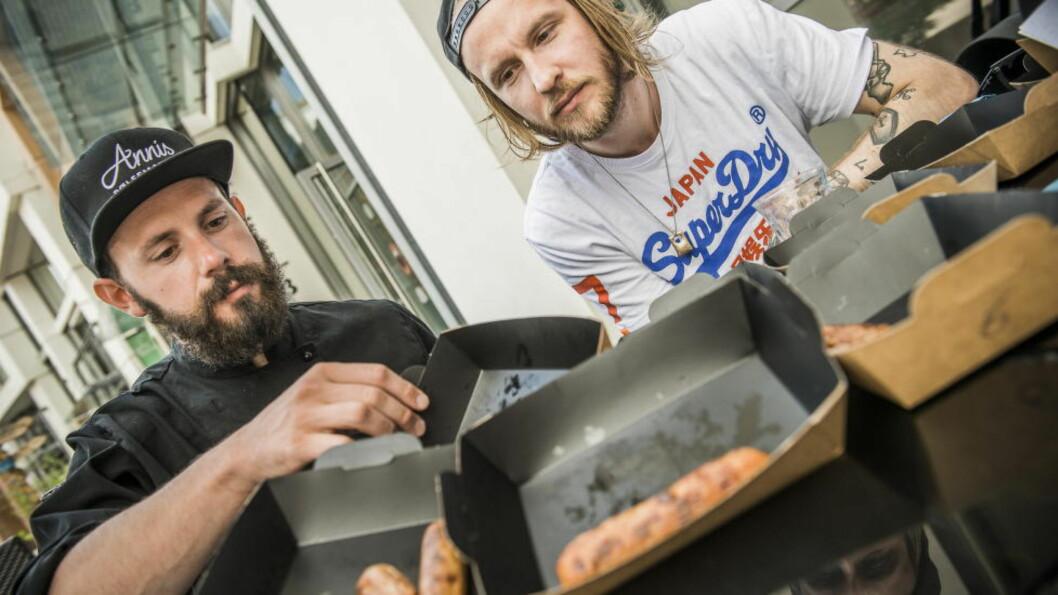 <strong>16 PØLSETYPER:</strong>  Butikkslaktermester Daniel Byskov (t.v) og pølseelsker Lars Swang spiste seg gjennom ulike grillpølsetyper uten å vite hva de smakte på .Coops X-tra grillpølser ble best i test. Foto: ENDRE VELLENE