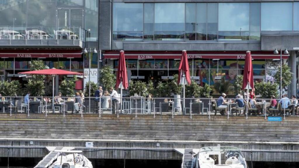 SOSIALT: Businessfolk, turister, kolleger og venninnegjenger med musserende i bøtte. Alle typer folk finner veien til Tjuvholmen disse dager. Bar Tjuvholmen er et sted for deg som vil se og bli sett. Vil du spise, bør du være glad i majones. Foto: ØISTEIN N0RUM MONSEN