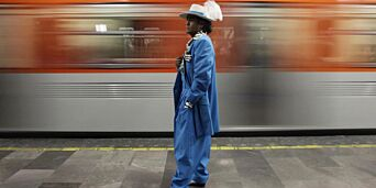 image: - Klær er ikke «bare» klær - selv fargerike ballongbukser kan få harmfulle hvite menn til å se rødt